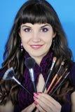 Красивое visagiste девушки с tassel для состава с длинними волосами Стоковое Изображение