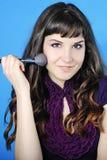 Красивое visagiste девушки с tassel для состава с длинними волосами Стоковые Изображения
