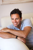 Красивой парень постаретый серединой усмехаясь дома стоковое изображение rf