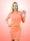 Красивой постаретое серединой платье пинка женщины вкратце Стоковые Фото
