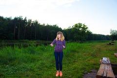 Красивой фитнес приниманнсяый за маленькой девочкой в природе Справочная информация Стоковые Фото