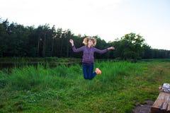 Красивой фитнес приниманнсяый за маленькой девочкой в природе Справочная информация Стоковые Изображения RF