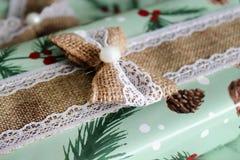 Красиво в оболочке деревенский подарок рождества стоковые изображения rf
