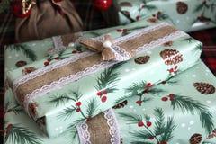 Красиво в оболочке деревенский подарок рождества стоковое фото