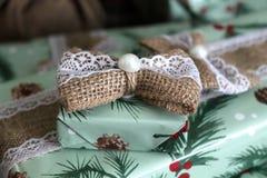 Красиво в оболочке деревенский подарок рождества стоковое изображение rf