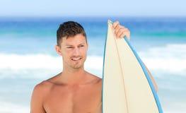 красиво его surfboard человека стоковые изображения rf
