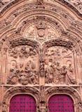 Красиво детализированная затейливо высекаенная дверь собора стоковое фото