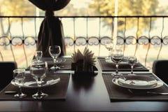 Красиво, который служат таблица в ресторане стоковые фотографии rf