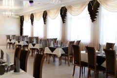 Красиво, который служат таблица в ресторане стоковая фотография rf