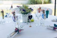 Красиво, который служат и конструируемые белая таблица свадьбы Стоковая Фотография
