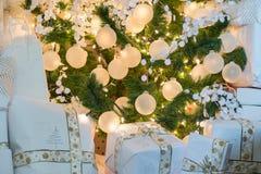 Красиво обернутый сидеть праздничных подарков и настоящих моментов рождества Стоковое Изображение RF