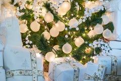 Красиво обернутый сидеть праздничных подарков и настоящих моментов рождества Стоковая Фотография RF