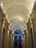 Красиво освещенная арка в торговом районе Парижа стоковая фотография rf