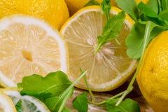 4 красиво покрашенных лимона на холсте с зеленым салатом Стоковая Фотография RF