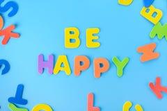 Красиво положенная вне надпись счастлива пестротканых писем Справочная информация Стоковое Изображение RF