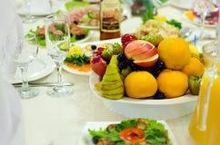 Красиво послужил сортированные плоды лежите на плите Красиво послужил таблица в ресторане стоковые фотографии rf