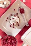 Красиво послужил таблица, завтрак на белых блюдах, красных ягодах, романтичной дате стоковое изображение rf