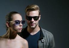 Красиво произведенные солнечные очки Отношения приятельства Фотомодели в ультрамодных стеклах соедините влюбленность Пары человек стоковые изображения