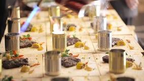 Красиво распространите вне блюда Горяче на плитах Мясо сделанное с кашеваром Красивейшее освещение акции видеоматериалы
