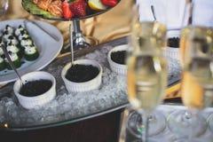 Красиво роскошь украсила таблицу банкета ресторанного обслуживании с черной и красной икрой и различными закусками еды, на партии Стоковая Фотография RF