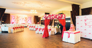 Красиво украшенная зала для торжества свадьбы Стоковая Фотография