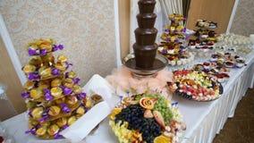 Красиво украшенная поставляя еду таблица банкета с различной едой на корпоративном событии или wedding вечеринки по случаю дня ро сток-видео