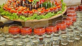 Красиво украшенная поставляя еду таблица банкета с различными закусками и закусками еды на корпоративном дне рождения рождества видеоматериал