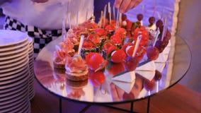 Красиво украшенная поставляя еду таблица банкета с различными закусками и закусками еды на корпоративном дне рождения рождества акции видеоматериалы