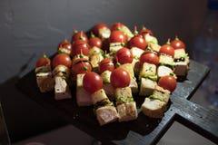 Красиво украшенная поставляя еду таблица банкета с различными закусками и закусками еды на корпоративном дне рождения рождества стоковая фотография rf
