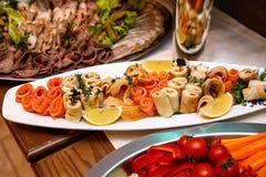 Красиво украшенная поставляя еду таблица банкета с различными закусками и закусками еды на корпоративном стоковое фото