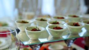 Красиво украшенная поставляя еду таблица банкета с различными закусками и закусками еды на корпоративном акции видеоматериалы