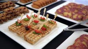 Красиво украшенная поставляя еду таблица банкета с сандвичем видеоматериал