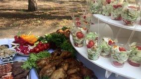 Красиво украшенная поставляя еду таблица банкета с сэндвичем, на корпоративных событии или свадьбе партии детей дня рождения рожд видеоматериал