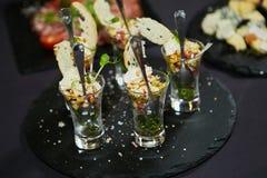 Красиво украшенная поставляя еду таблица банкета Стоковые Фото