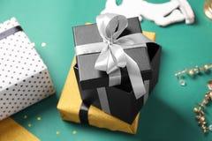 Красиво украшенная предпосылка цвета подарочных коробок Стоковое Изображение RF