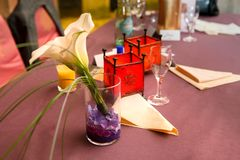 Красиво украшенная таблица в ресторане Стоковые Фотографии RF