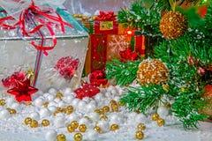 Красиво украшенная таблица с праздничными подарками стоковое фото rf