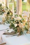 Красиво украшенная таблица с цветками стоковые фото