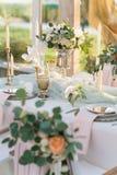 Красиво украшенная таблица с цветками стоковое изображение