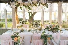 Красиво украшенная таблица с цветками стоковая фотография
