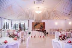 Красиво украшенная wedding зала в белых и красных цветах Стоковое Фото