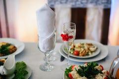 Красиво украшенные стекла на праздничной таблице Стоковое Изображение RF