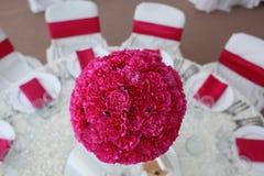 Красиво украшенные wedding цветки таблицы стоковые фото
