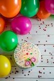 Красиво украшенный именниный пирог с освещенными свечами Стоковое фото RF