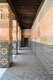 Красиво украшенный, покрытый коридор в Marrakech, Марокко стоковая фотография rf