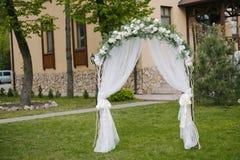 Красиво украшенный свод входа перед залой свадьбы стоковые фото