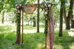 Красиво украшенный с цветками сдобрите для свадебной церемонии Стоковые Фотографии RF