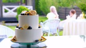Красиво украшенный торт сток-видео