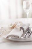 Красиво элегантная украшенная таблица на праздник - день свадьбы или валентинки с современными столовым прибором, смычком, стекло Стоковое Фото