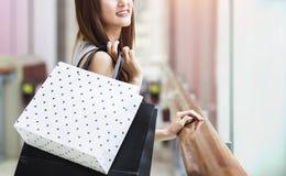 Красивые азиатские девушки с хозяйственными сумками Стоковое Изображение